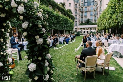 Französische Hochzeitsfotografie aus dem Ritz Paris von Braut und Bräutigam während der Rede des besten Mannes