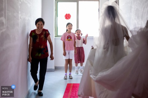 When the bride changed her clothes and was ready to go out, the two children were very happy to see the beautiful bride in China