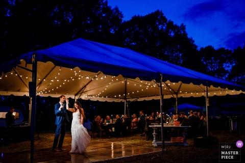 Ein erster Tanz während der blauen Stunde für ihre Hochzeit auf einem Hügel in Asheville, NC