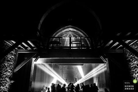 Photo de mariage en FR du lieu de réception montrant la piste de danse et les lumières du DJ en France