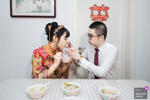 Fujian wedding photo of a Quanzhou couple having a traditional meal before their ceremony