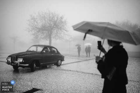 Wedding photography from braga, portugal - menino conhece menina scene with an umbrella, vintage bridal car and some fog