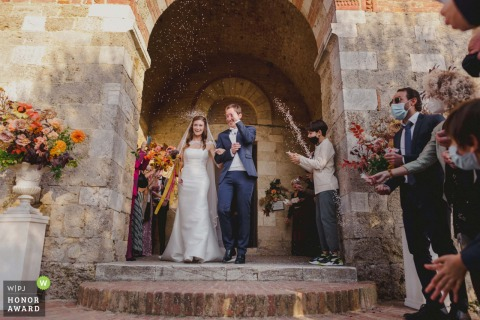Fotografía de boda en Italia desde el lugar de la ceremonia, Eremo di Montesiepi, Siena durante el lanzamiento de Rice