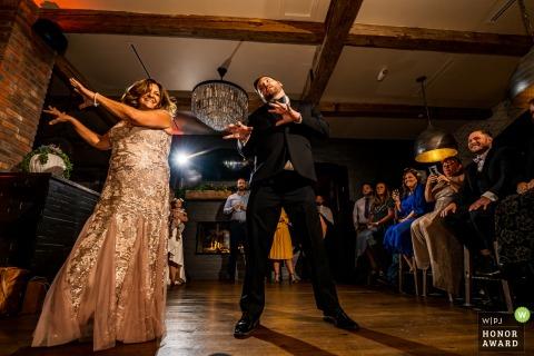Le marié du Colorado danse sur Thriller avec sa mère au restaurant Tatanka à Aspen