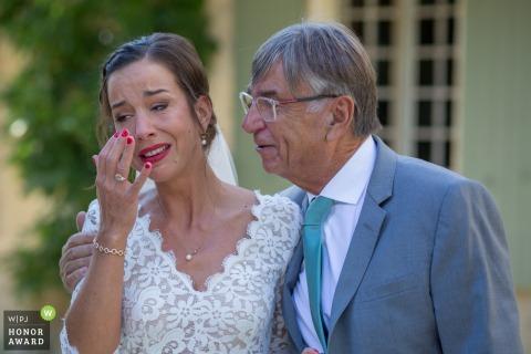 Foto de la boda en el castillo de Puyrigaud de la novia que acaba de reunirse con su padre y se emociona