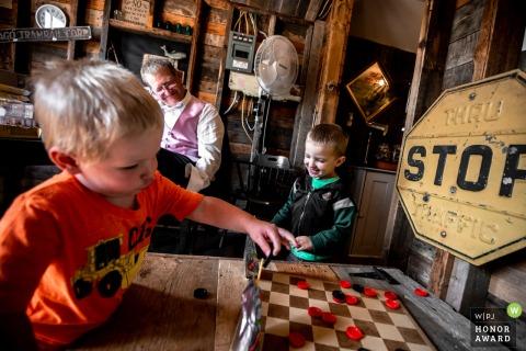 威斯康星州接待晚会的WI婚礼照片,一些孩子在玩老式棋盘游戏