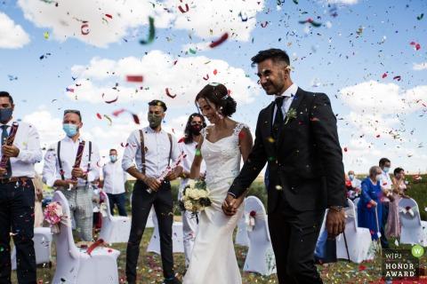 Photo de mariage en Espagne à partir d'une cérémonie espagnole à Tolède montrant la pluie de confettis lors de la cérémonie