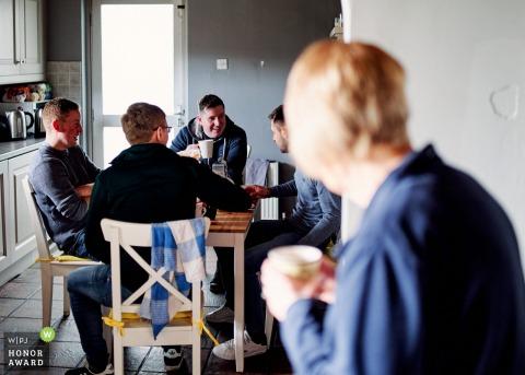 Image de reportage de mariage de Limerick Munster à la maison du marié montrant le petit déjeuner avec les garçons d'honneur avec sa mère à la recherche sur