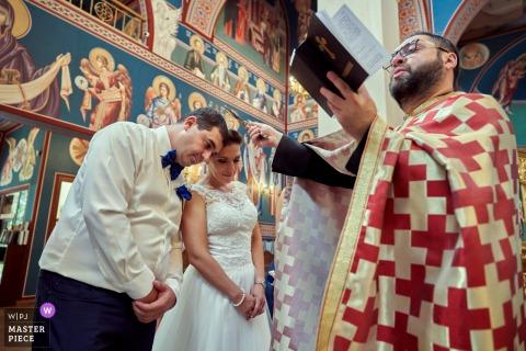 Un momento durante la cerimonia di matrimonio nella chiesa di Sofia, Bulgaria