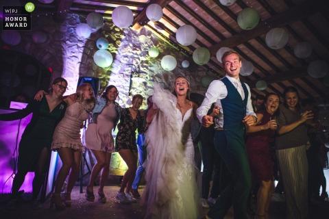 Fotografía de boda en Italia de Borgo della Meliana, Gambassi Terme, Toscana durante la fiesta de bodas en acción de baile