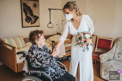 Gerstetten wedding image of the bride visiting a grandparent at a nursing home in Germany