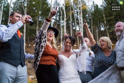 Photo de mariage d'aventure en plein air dans le Colorado depuis le lieu de réception montrant la soirée dansante familiale