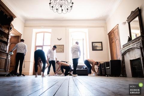 Photographie de mariage en France du lieu de réception créée alors que le marié et ses témoins s'habillent