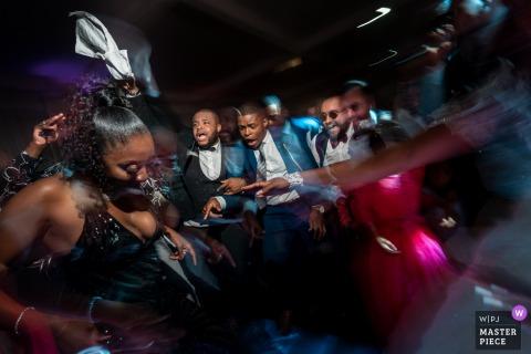 Imagen de la recepción de la boda del Salon Saint Exupery de una fiesta de baile durante la primera noche de bodas
