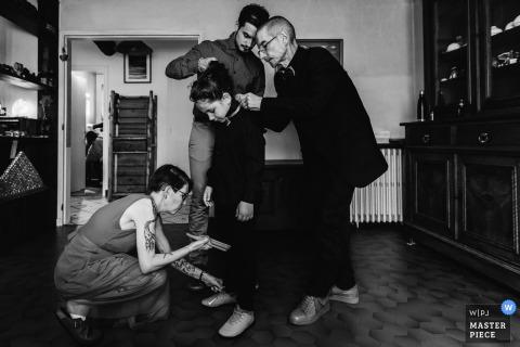 Foto del matrimonio di Oradour-sur-Glane di un bambino che si prepara, assistito da tre adulti