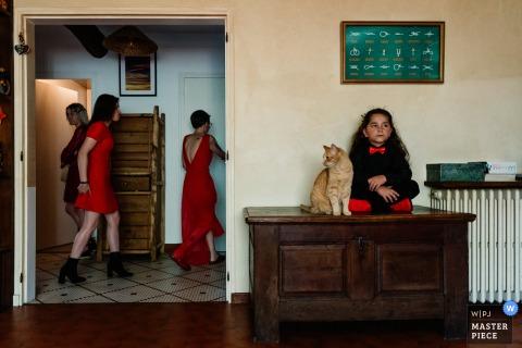 Il fotografo di matrimoni francese ha catturato questa immagine di un gatto a Oradour-sur-glane Francia Entrando in casa