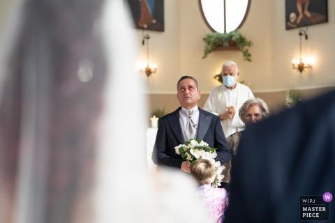 新娘的卡西伯比教堂的婚礼形象与她的新丈夫看着她走进来的仪式