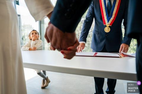 Montpellier cérémonie de mariage image d'une jeune fille en attente de la mariée et le marié à s'embrasser