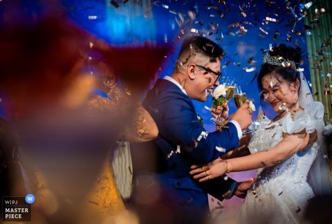 Image de mariage du couple partageant du champagne ensemble au Adora Venue