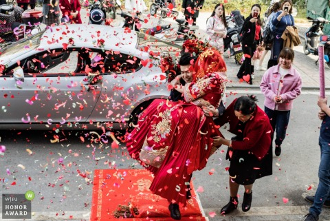 Xi'an, Shaanxi wedding photography showing the confetti cannons and the red dress on the red carpet