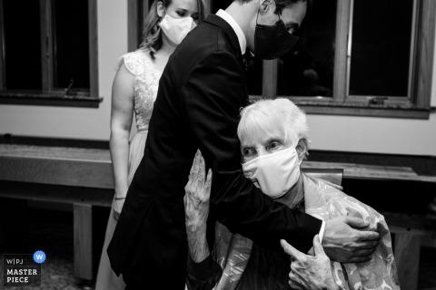 Montana Hochzeitsfotograf, der Bilder in Darby einer Großmutter umarmt, die Enkel mit Masken auf umarmt