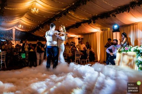 Bulgarien Hochzeitsfotografie von Villa Ekaterina, Vakarel erstellt während des ersten Tanzes mit dem Boden mit weißem Nebel und Wolken bedeckt