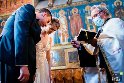 Sofia Hochzeitsfotografie mit Covid Masken auf in St. Sofia Church, Bulgarien während eines Momentes in der Kirche