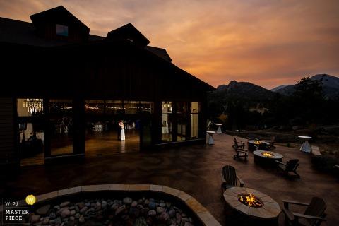 Foto di matrimonio in Colorado dal Black Canyon Inn a Estes Park, CO del primo ballo degli sposi al tramonto