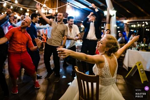 Fotografia di matrimonio dal ristorante Augusta, Montana, Bulgaria che mostra la sposa che si diverte alla sua festa
