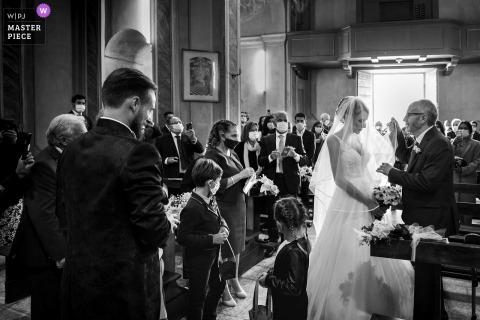 Fotografia di matrimonio cerimonia da una Chiesa italiana di Maccagno - Varese del Padre e delle spose Momento simbolico
