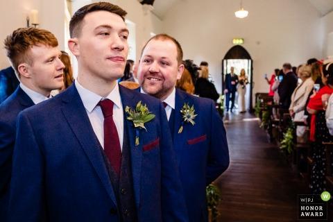 Photographie de reportage de mariage en Irlande de BrookLodge Hotel, Wicklow montrant le marié et les garçons d'honneur à l'arrivée de la mariée