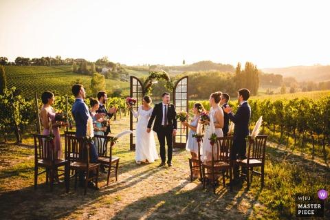 Il fotografo di matrimoni di Arezzo ha scattato questa immagine al Relais Borgo Ortaglia, in Toscana, durante una cerimonia di matrimonio all'aperto tra i vigneti