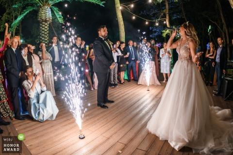 Fotografía de boda de Burgas, Mar Negro, Bosque de Utopía mientras la novia canta una canción de amor durante una sorpresa para el novio.