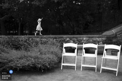 Een huwelijksfotograaf in Massachusetts legde deze leuke minuut vast in Somerville, MA, van een meisje dat rond een ceremonieplaats speelde