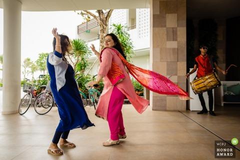 Photographie de mariage au Vietnam de l'hôtel montrant des femmes qui dansent dans la joie