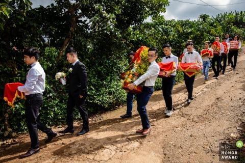 Photo de mariage en plein air au Vietnam depuis le lieu de réception, car les cadeaux de mariage pour la maison de la mariée sont entièrement préparés selon la coutume