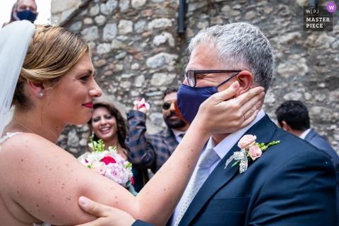 Il fotografo di matrimonio di Catania ci mostra il momento tenero da Palazzo Duchi di Santo Stefano - Taormina - È uno sguardo profondo, quello della sposa con il padre dello sposo