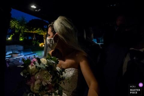 Un fotografo di matrimoni di Catania ha catturato questa sposa del Grand Hotel Baia Verde - Aci Castello che guarda fuori, e cerca di capire come sarà il suo matrimonio con le misure anticovid