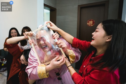 China wedding photography from Fujian of the plastic blocking game environment during gate crashing for the groomsmen