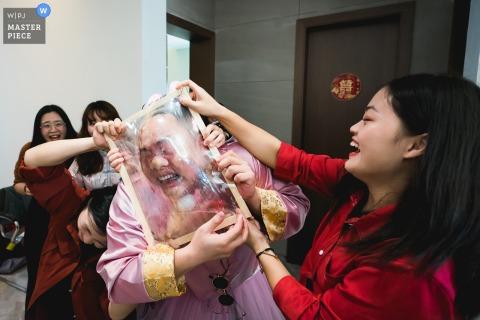 Fotografia di matrimonio in Cina dal Fujian dell'ambiente di gioco che blocca la plastica durante lo schianto del cancello per i testimoni dello sposo