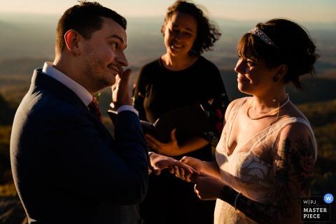 Fotografia di matrimonio all'aperto in Pennsylvania dal luogo della cerimonia, scattata mentre lo sposo versava una lacrima durante la loro cerimonia di fuga in montagna