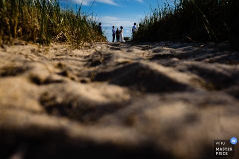 Buitenhuwelijksfotografie van een stel dat een klein strandhuwelijk heeft in Provincetown, MA