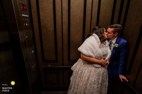 Fotografia di matrimonio di MD dall'Hotel Monaco, Baltimora, come La coppia si bacia in ascensore alla fine della notte