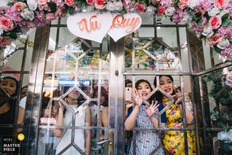 Fotografia di matrimonio da una casa di spose del Vietnam prima della cerimonia cinese