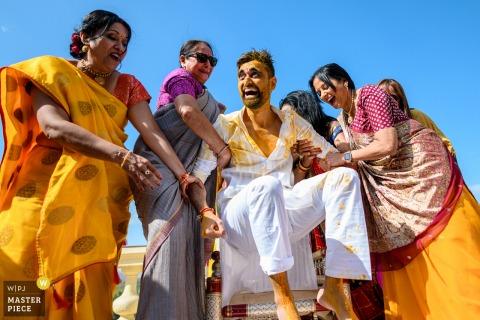 Maharashtra trouwreportages van The lalit Palace Hotel, Udaipur, India laten zien De sterke dames van het huis tillen de bruidegom omhoog en verrassen hem