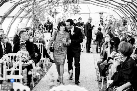 Fotografia di matrimonio piemontese dal luogo della cerimonia in arrivo dello sposo e della madre