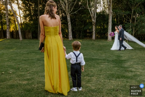 Una foto del matrimonio del Rio Grande do Sul da Alameda FIgueira - Cachoeirinha - Brasile che mostra la Pagina in attesa dell'ingresso della sposa
