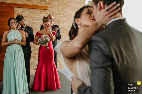 A Rio Grande do Sul wedding photographer created this image at Mahala of the Godfathers and Godmothers crying at the ceremony