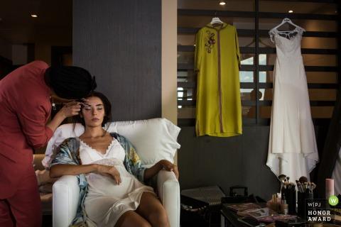 Photo de mariage à Madrid à l'hôtel, Talavera de la Reina de la mariée se maquille avec une robe de mariée