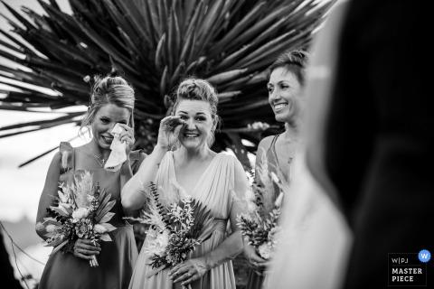 Foto de boda en Texas de Terlingua que muestra a la fiesta de bodas reaccionando a los votos de la pareja.